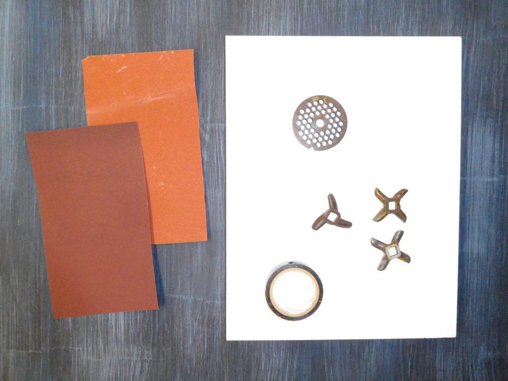 Наждачная бумага, ровная поверхность и изолента