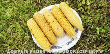 Кукуруза в чесночном масле на решетке гриль на огне