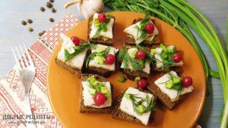Бутерброды с салом, горчицей и смородиной на праздничный стол